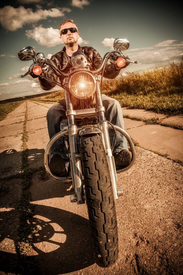 Cyklist på en motorcykel royaltyfria bilder