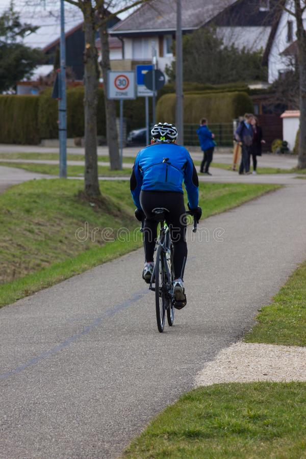 cyklist på ett bikeway arkivfoton