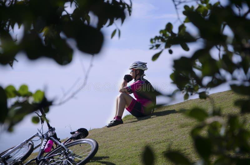 Cyklist på Morro att göra Careca royaltyfria bilder