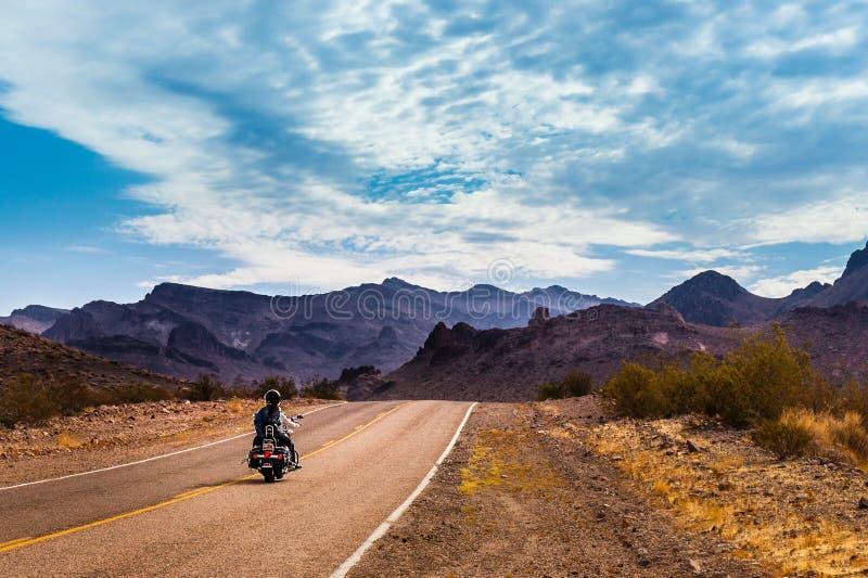 Cyklist på Route 66 arkivbilder