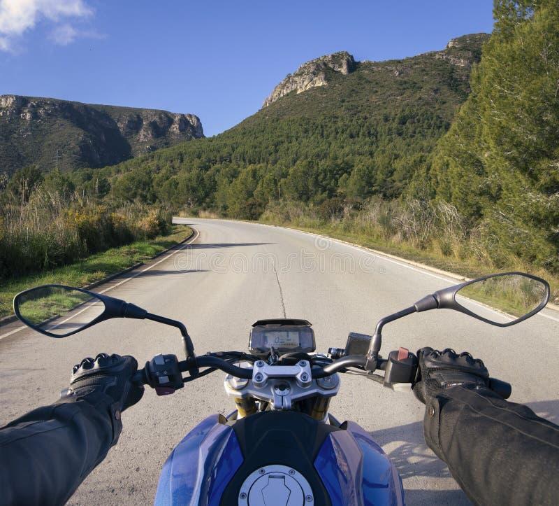 Cyklist på vägen arkivfoto