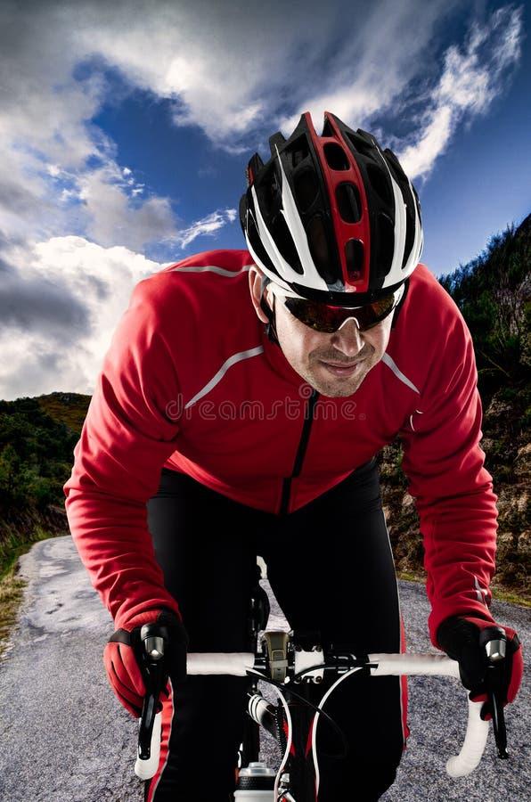 Cyklist på vägen royaltyfria foton