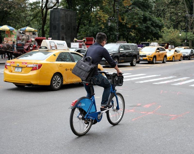 Cyklist sedd Central Park för resande ner, NYC royaltyfri fotografi