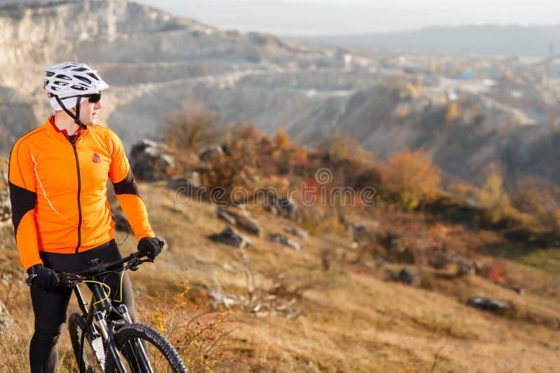 Cyklist som ner rider cykeln Rocky Hill Extremt sportbegrepp Utrymme för text fotografering för bildbyråer