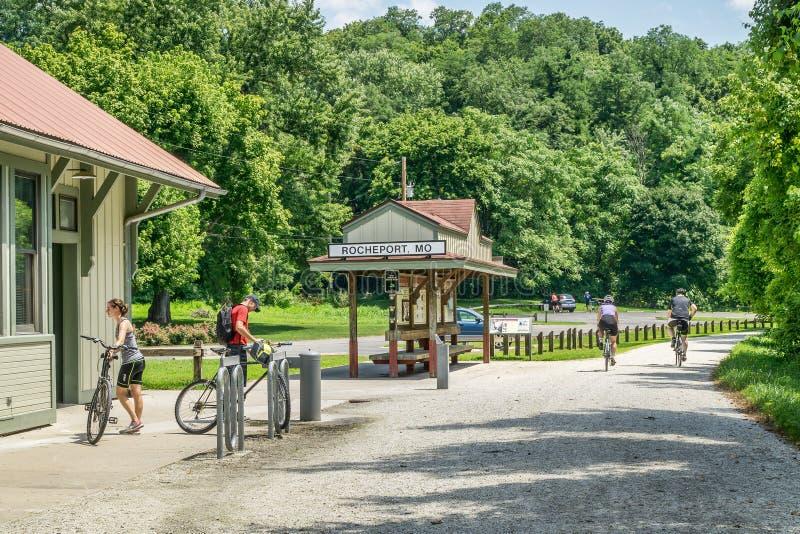 Cyklist som turnerar Katy Trail i Missouri fotografering för bildbyråer
