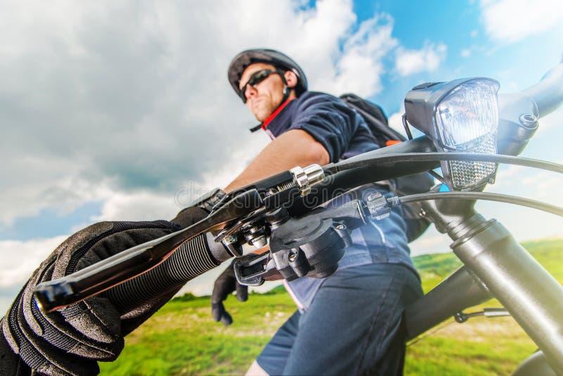 Cyklist som vilar på hans cykel fotografering för bildbyråer