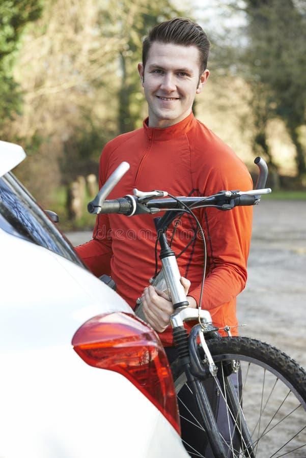 Cyklista Bierze rower górskiego Od stojaka Na samochodzie obraz stock