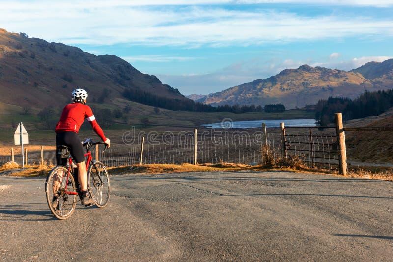 Cyklista blisko Blea Tarn w Jeziornym okręgu obrazy royalty free