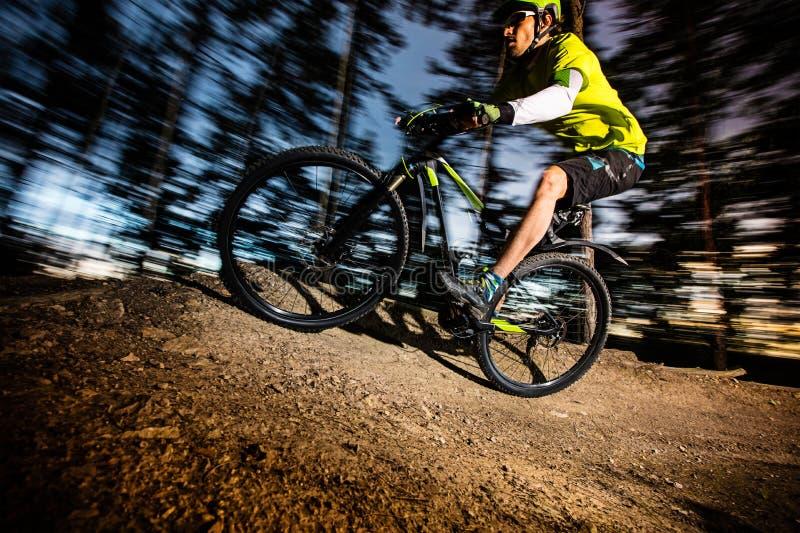 Cyklista Jedzie rower górskiego zdjęcia stock
