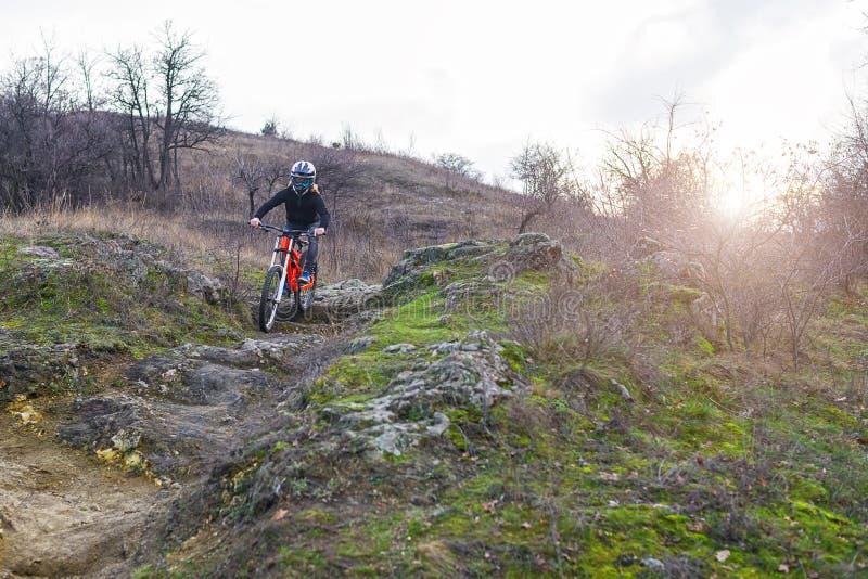 Cyklista jedzie rower górskiego na skałach, zjazdowych obraz stock