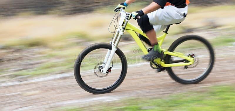 Cyklista jedzie rower górskiego zjazdowego fotografia royalty free