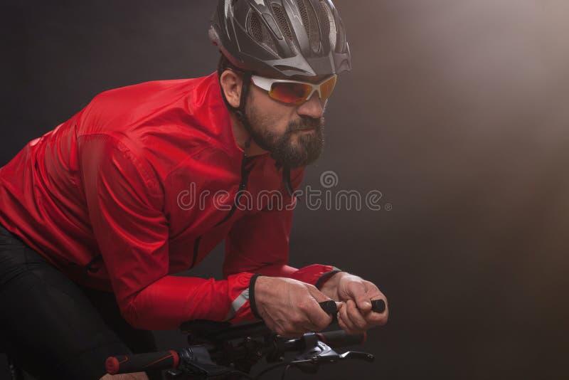 Cyklista jedzie rower w czerwonej kurtce Krańcowy sporta pojęcie obrazy royalty free