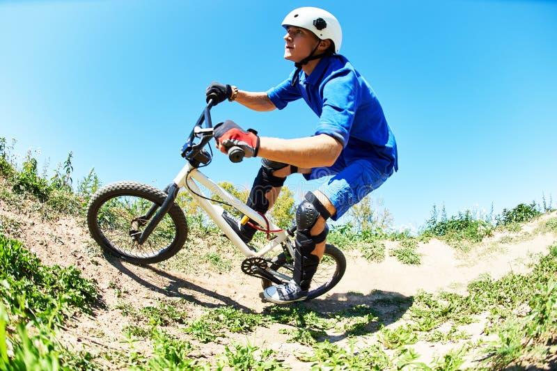 Cyklista jedzie rower zjazdowego fotografia stock