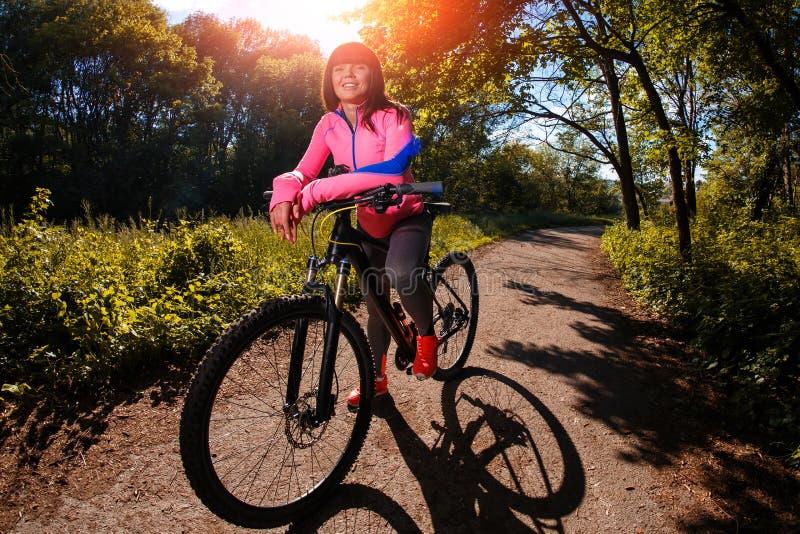 Cyklista kobieta jedzie bicykl w parku zdjęcia royalty free