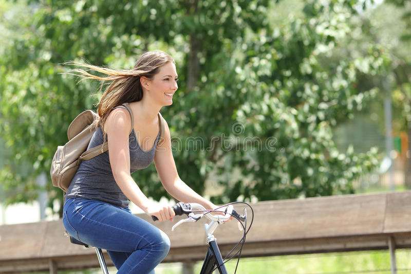 Cyklista kobiety jeździecki bicykl w parku zdjęcie stock