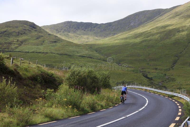 Cyklista na Connemara drodze zdjęcie royalty free