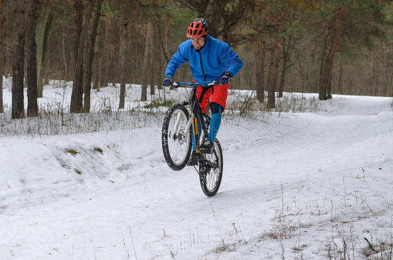Cyklista na rowerze górskim, krańcowa zimy jazda w pierwszych planach obraz stock