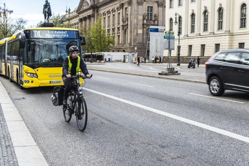 Cyklista na ulicie w Berlin, Niemcy fotografia stock