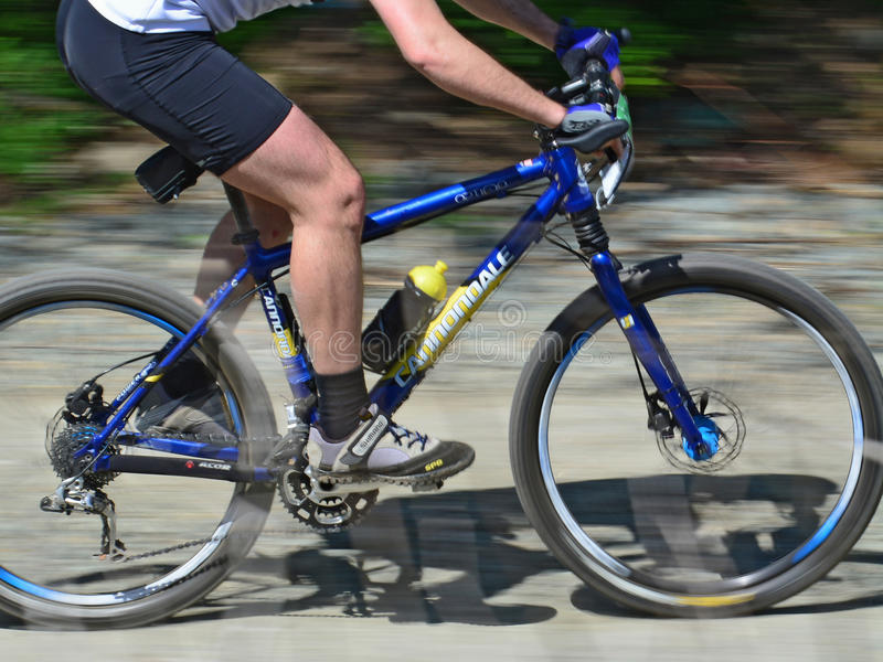 Cyklista nogi na rowerze górskim - ruch plama obraz royalty free