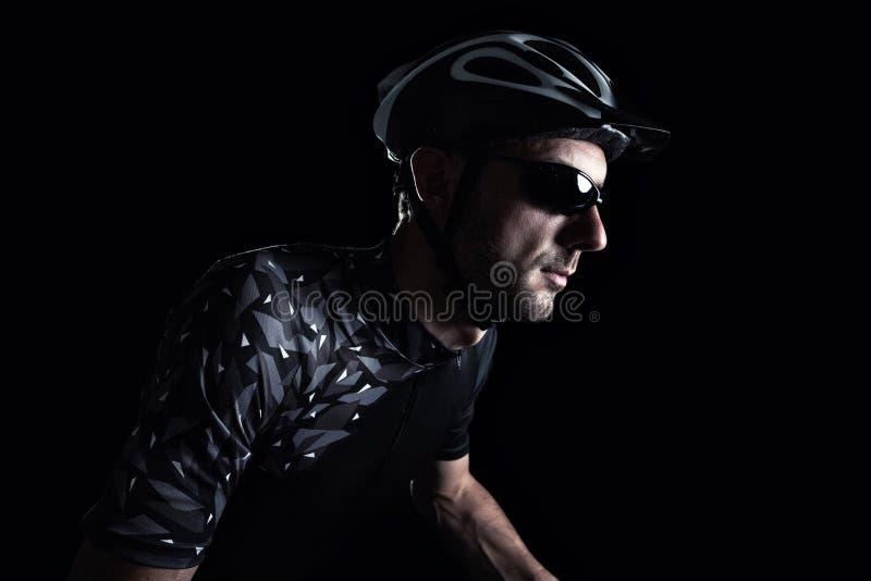Cyklista przed ciemnym tłem obrazy stock