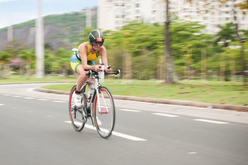 Cyklista przy Flamengo parkiem (aterro robi Flamengo) zdjęcia royalty free
