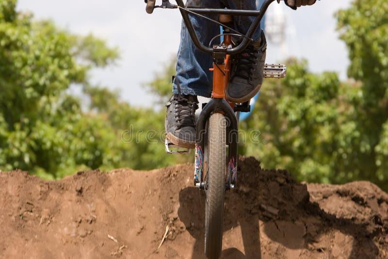 cyklistbmxlandning arkivfoton