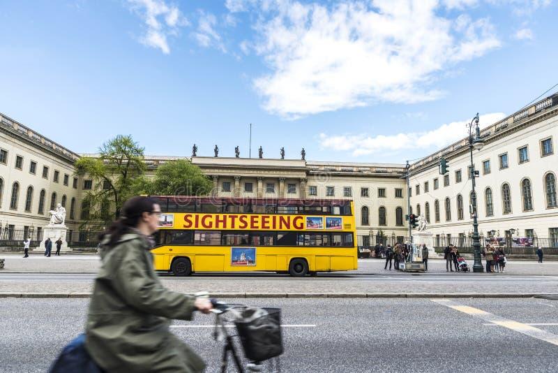 Cyklisten och turnerar bussen på en gata i Berlin, Tyskland arkivbilder