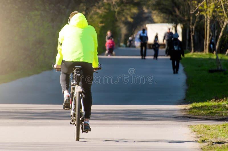 Cyklisten rider på trottoaren i staden royaltyfria foton