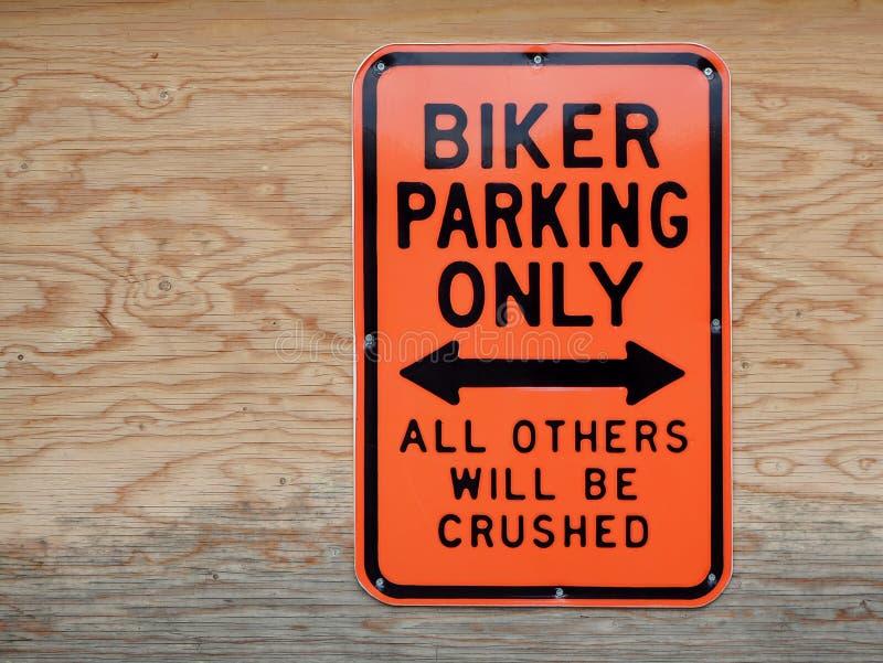 Cyklisten som endast parkerar, alla andra, ska krossas Rolig parkeringssignal vektor illustrationer