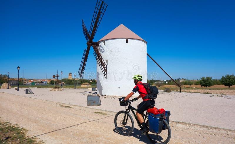 Cyklisten vallfärdar vid Camino de Santiago arkivbilder