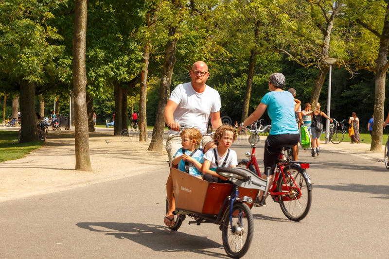 Cyklister i Amsterdam royaltyfria bilder