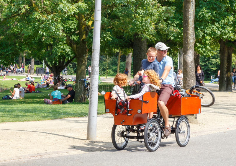 Cyklister i Amsterdam arkivfoto