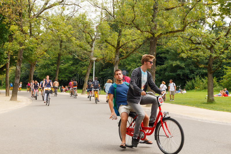 Cyklister i Amsterdam arkivfoton