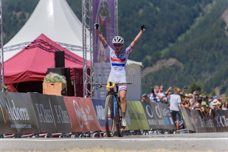 CYKLISTER i den MERCEDES-BENZ UCI MTB VÄRLDSCUPEN 2019 - XCO Vallnord, Andorra på Juli 2019 fotografering för bildbyråer