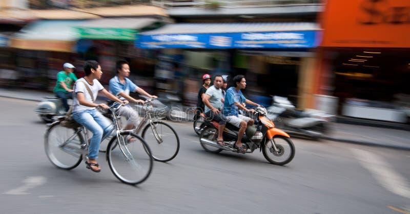 Cyklister i gatorna av Hanoi arkivfoto