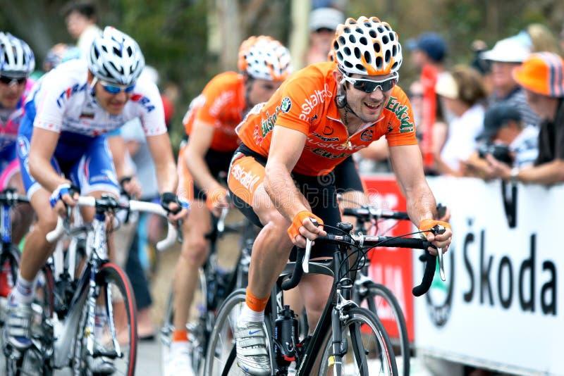 Cyklister konkurrerar på turnerar ner under arkivfoton