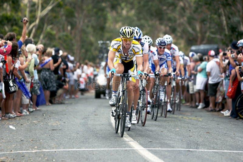 Cyklister konkurrerar på turnerar ner under royaltyfri fotografi
