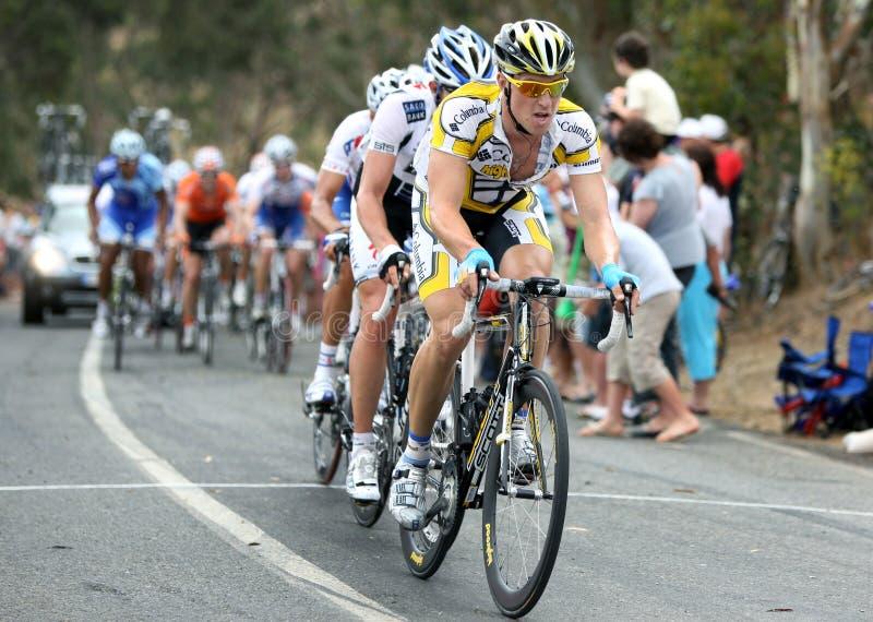 Cyklister konkurrerar på turnerar ner under fotografering för bildbyråer