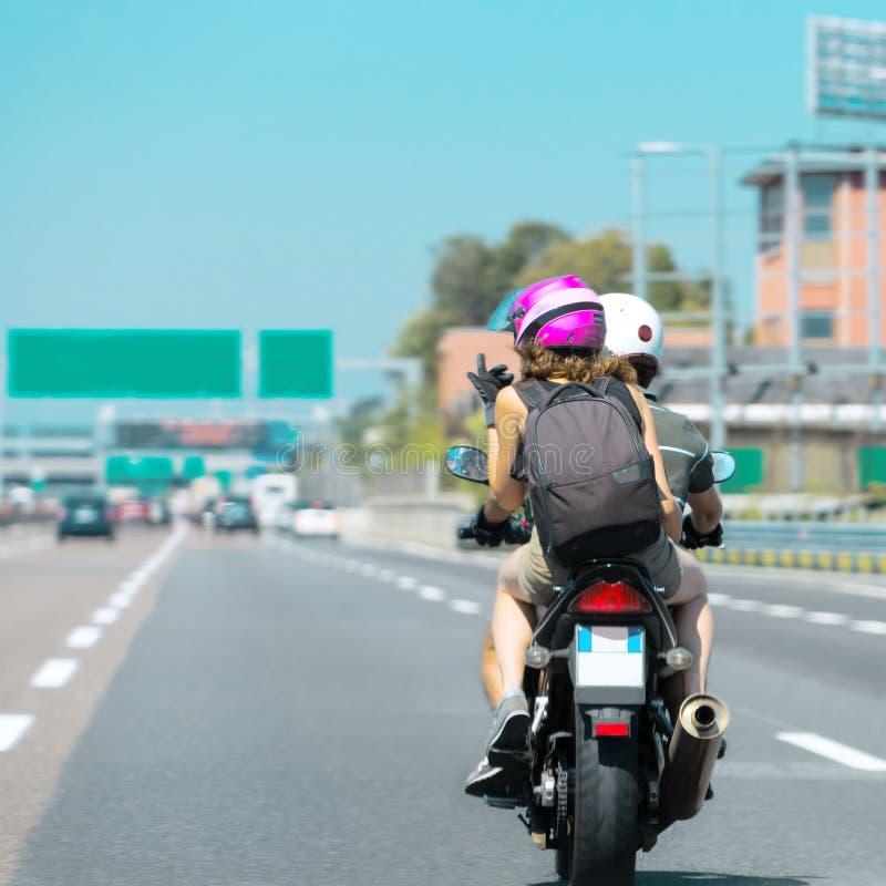 Cyklister kopplar ihop på mopeden på vägen i Schweiz fotografering för bildbyråer