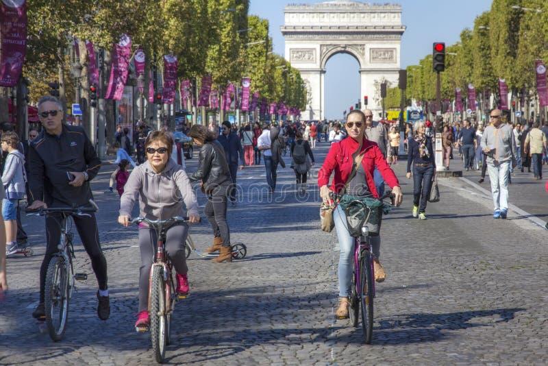 Cyklister på Champs-Elysees på den Paris bilen frigör dag