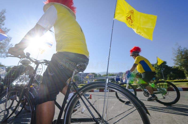Cyklister på cykeln för farsa arkivbild