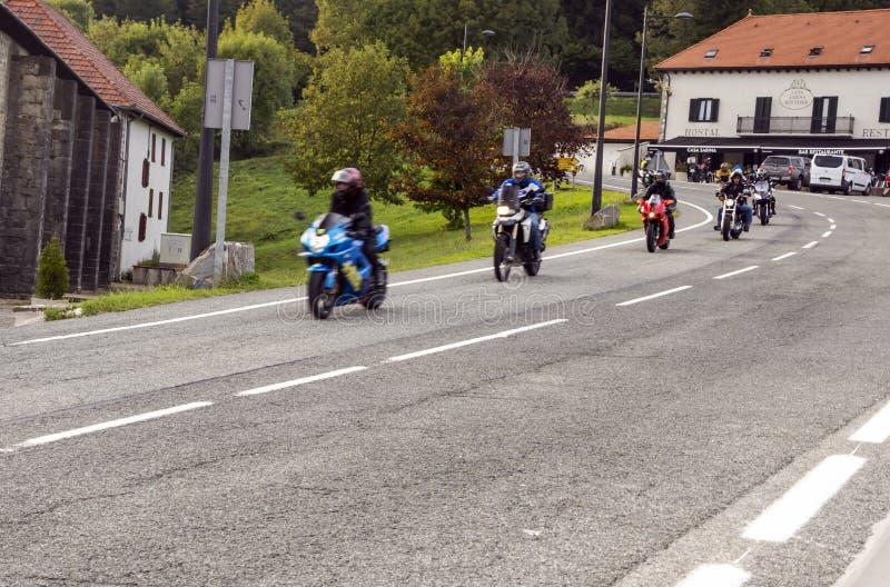 Cyklister på en huvudväg arkivfoto
