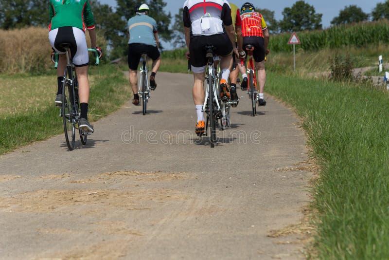cyklister på en solig dag för sommar i södra tysk bygd arkivfoton
