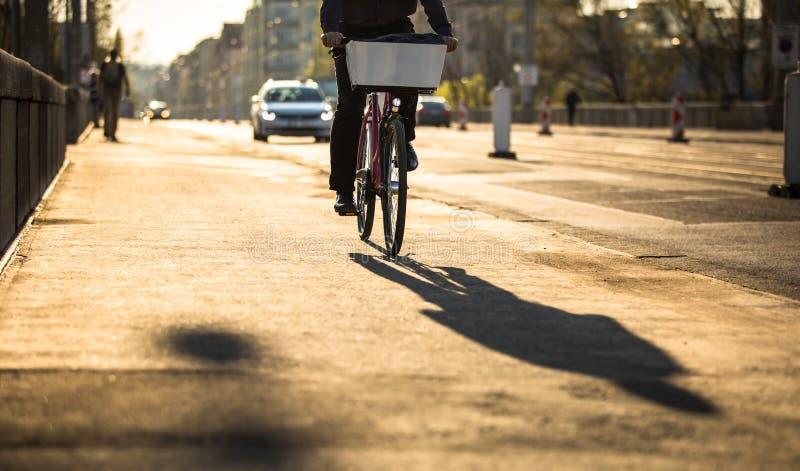 Cyklister på en stadsgata arkivfoto