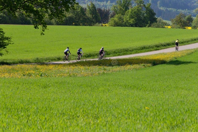 cyklister på ett raceday i en avståndssikt royaltyfria foton