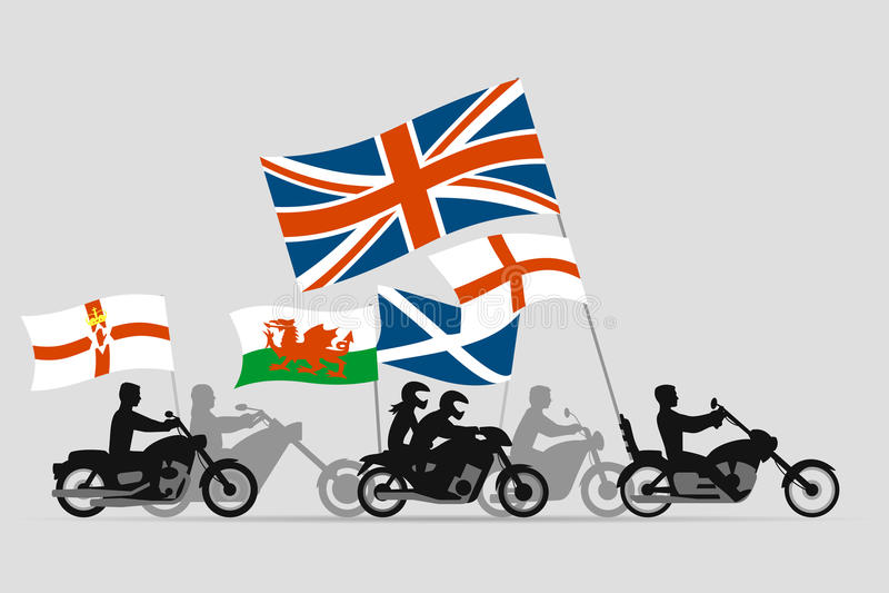Cyklister på motorcyklar med flaggor av Förenade kungariket stock illustrationer