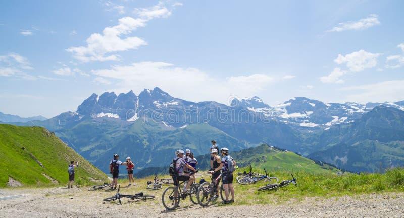 Cyklister på slingan i de schweiziska fjällängarna royaltyfri fotografi