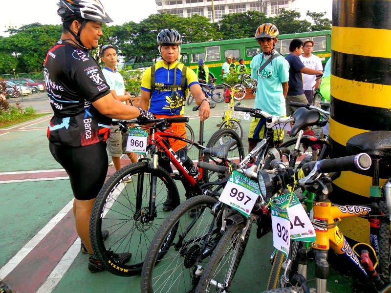 Cyklister samlar för en rolig ritt för cykel i marikinastaden, philippines royaltyfri foto