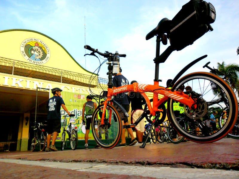 Cyklister samlar för en rolig ritt för cykel i marikinastaden, philippines arkivfoton