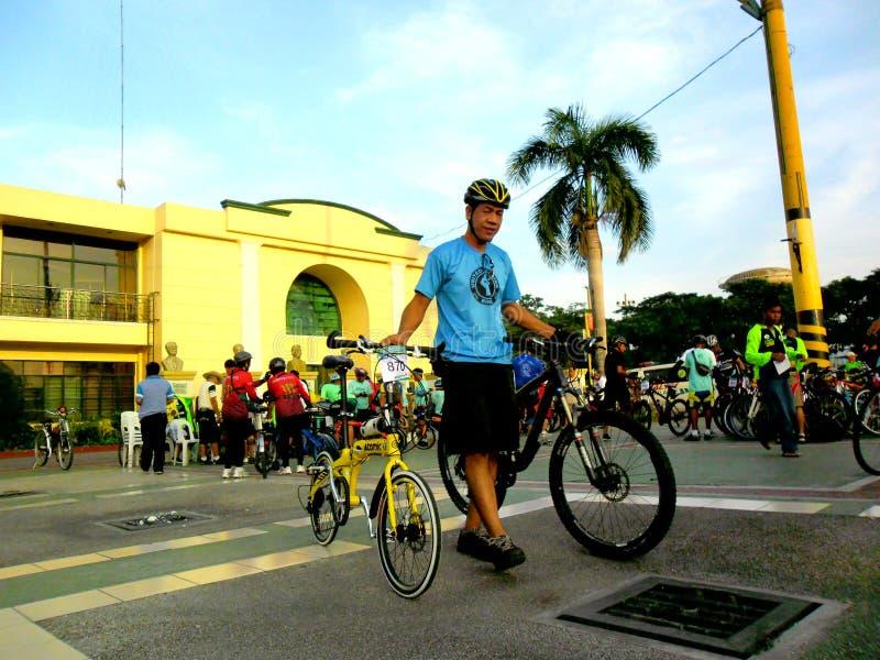 Cyklister samlar för en rolig ritt för cykel i marikinastaden, philippines royaltyfri fotografi